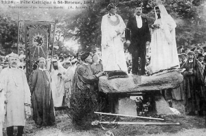 A meeting of bardic performers (called  gorsedd) from Britanny in 1906. This Breton meeting provides a modern example of earlier Welsh models of the festival.