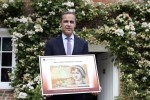 BOE Governor Mark Carney with the new ten-pound note concept design. Photographer: Chris Ratcliffe/Bloomberg